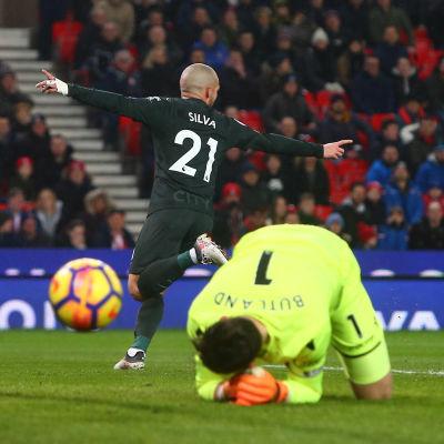 David Silva gör mål bakom Jack Butland i Premier League i fotboll.