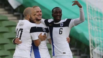 Fredrik Jensen firar mål med Teemu Pukki och Glen Kamara