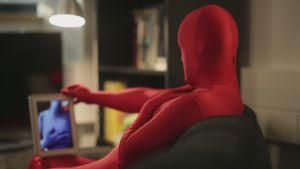 Person i morphsuit har cybersex med en annan person i morphsuit