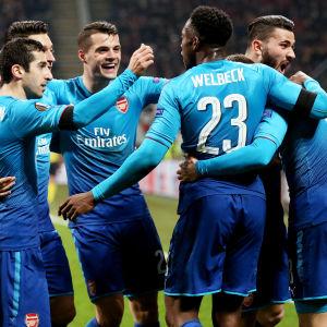 Arsenalspelare firar ett mål i Europa League.