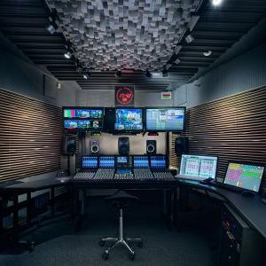 Näkymä studion ohjaamosta.