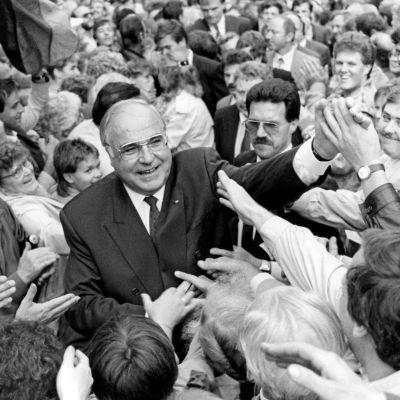 Helmut Kohl tervehtii itäsaksalaisia vuonna 1990 ennen tulevia vaaleja.