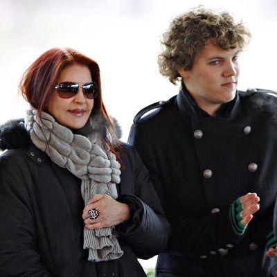 Elviksen leski Priscilla Presley yhdessä kahden lapsenlapsensa kanssa Gracelandissa vuonna 2010. Benjamin Keough seisoo oikealla ja Riley Keough vasemmalla.