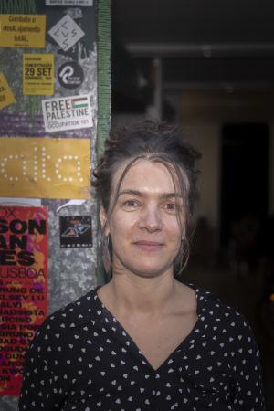 Rita Silva från frivilligorganisationen Habita fotograferad vid en dörröppning i Lissabon.