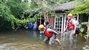 Nationalgardet räddar en kvinna undan översvämningarna i Texas.