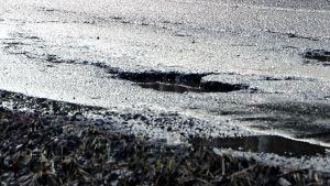 En grop i en asfaltväg.