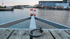 En bit av en brygga och ring för repet i Dalsbruks hamn.