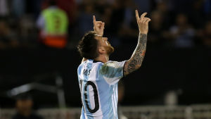 Lionel Messis ryggtavla. Håller händerna mot skyn.