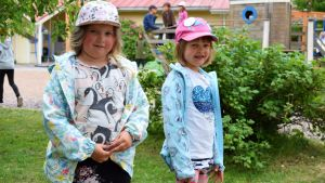 Wilma och Erin står på dagisgården i Hulta daghem i Dalsbruk.