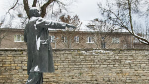 Estlands sista Leninstaty på slottsgården till Hermannsborg i Narva.