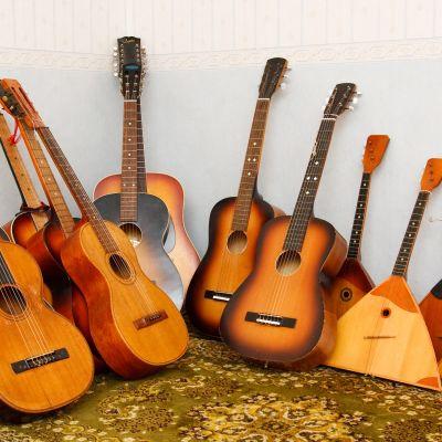 Kitaroita ja balalaikkoja kitaramuseossa