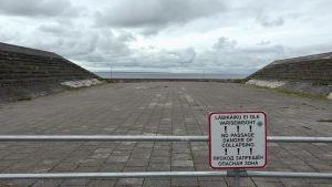 En skylt varnar för rasrisken vid Maarjamäe minnesmärke i Tallinn.
