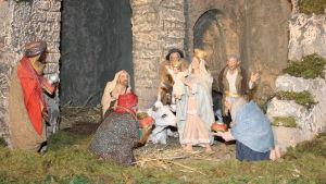 Italailaisen jouluseimen Pyhä perhe ja itämaan tietäjät kaariholvien edessä.