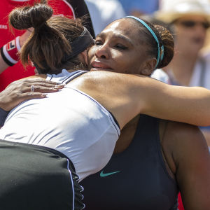 Bianca Andreescu tröstar Serena Williams.