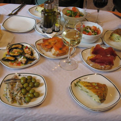 espanjalaisia tapas-annoksia ravintolan pöydällä