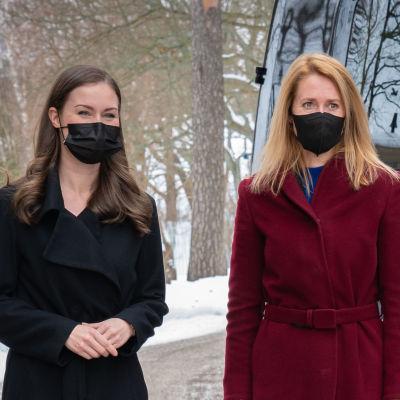 Viron pääministeri Kaja Kallas (oik.) ja Suomen pääministeri Sanna Marin pääministerin virka-asunnolla Kesärannassa