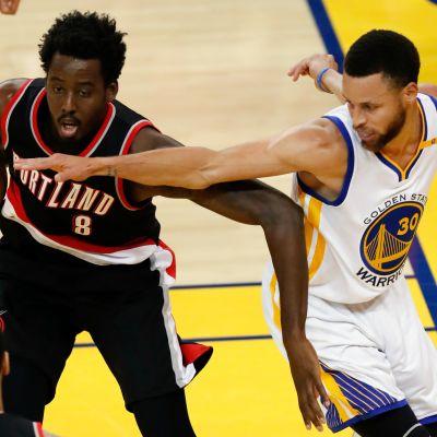 Portlandin Al-Farouq Aminu yrittää suojella palloa Golden Staten Stephen Curryltä.