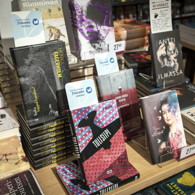 Kirjoja esillä kirjakaupan pöydällä.