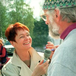 Pirkko Korkalo haastattelee torikauppiasta Joensuun torilla 1995