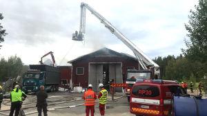Brandmän släcker brand på industrihall i Ytteresse, Pedersöre.