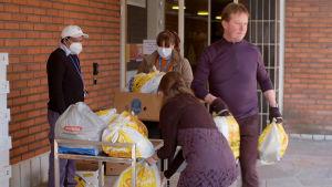 Församlingsarbetare i Sockenbacka delar ut matkassar