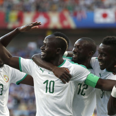 Sadio Mané firar ett mål med sina lagkamrater i landslaget.