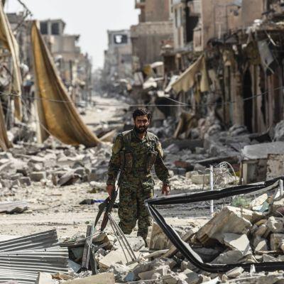 En medlem av SDF-styrkorna i Raqqa bland ruinerna av gamla staden i Raqqa den 25.september 2017.