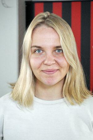 Roosa Bröijer ser in i kameran.