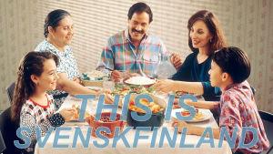 En familj äter middag. Texten This is Svenskfinland står på bilden.