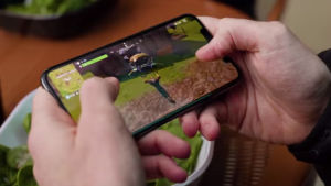 Spelet Fornite Battle Royale på mobilen.