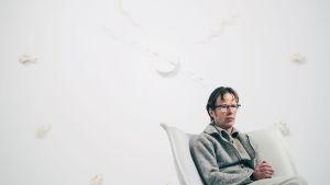 Pekka Jylhä på sin utställning We Have Inherited Hope – the Gift of Forgetting på Helsinki Contemporary.
