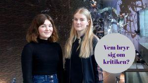 Kritikerna Vilhelmina Öhman och Hanna Ylöstalo står i Musikhusets aula.