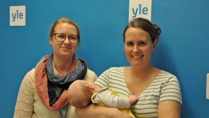 mammorna Nora Lindström och Jennys Sylvin tillsmannas med babyn Tore