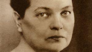 Kirjailija Maria Jotuni katsoo kameraan.