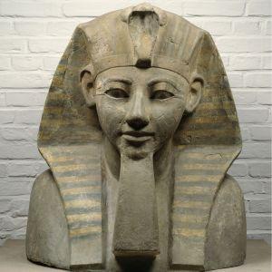 Kopf einer Sphinx der Königin Hatschepsut, Neues Reich, 18. Dynastie, 1480–1450 v. Chr.; Sandstein, bemalt.