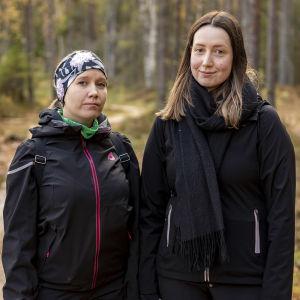 Leena Hirvonen ja Kaisa Pakanen ovat lenkillä Pilpasuon luontopolulla