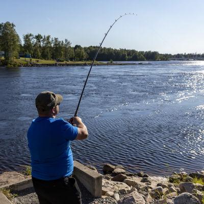Fiskare med kastspö