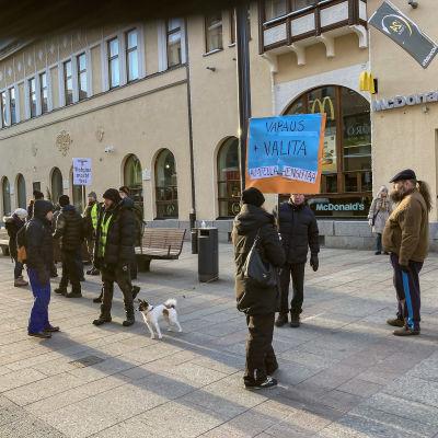 Oulun keskustassa ihmisiä osoittamassa mieltään hengityssuojista