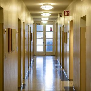Oulun psykiatrian -, nuorisopsykiatrian poliklinikka ja musiikkiterapian tyhjä käytävä