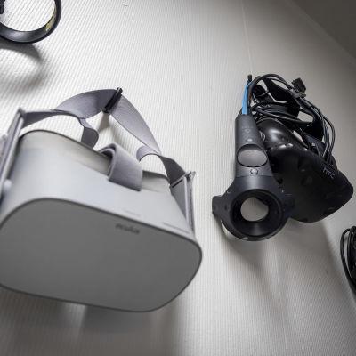 Virtuaalitodellisuuslasit roikkuvat MeKiwin tilojen seinällä