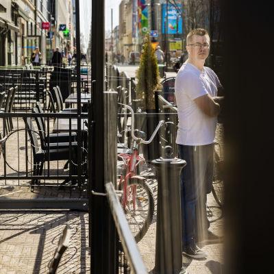 Ravintoloitsija Aki Mursu Kauppuri 5 edessä katselee siimoja