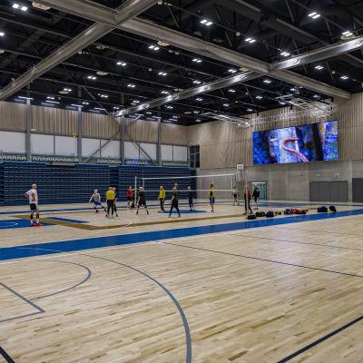 Ouluhallin uuden osan tilat - miehet pelaavat lentopalloa