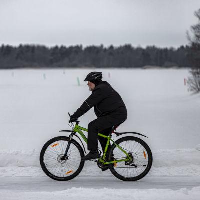 Pyöräilijä talvisessa Oulussa