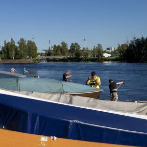 Oulun Tuiranväylässä kalastajia
