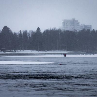 Kaksi kalastajaa lähellä jäärajaa