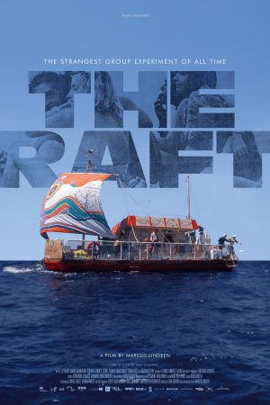 Filmplansch för dokumentären Flotten 2018 med texten The Raft på hilmen ovanför flotten i havet.