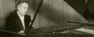 Pianotaiteilija Ernst Linko soittaa.