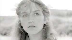 Kuva tv-sarjasta Kotiseutu (Heimat). Kuvassa roolihenkilö Maria Simon.
