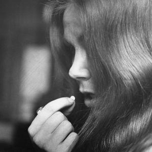 En kvinna tar ett piller. Bilden från 1965.