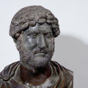 Porträtkopf des Kaisers Hadrian, um 120−130. Basalt, behauen und Bronze, gegossen.